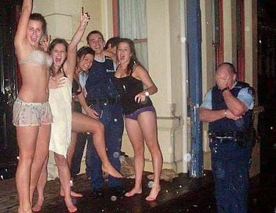 Lustige Polizei Bilder - Party mit Frauen