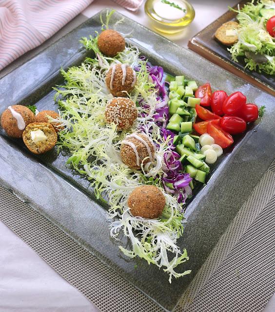 Пълнени фалафели с фета в лятна салата със зеленчуци и хумус дресинг