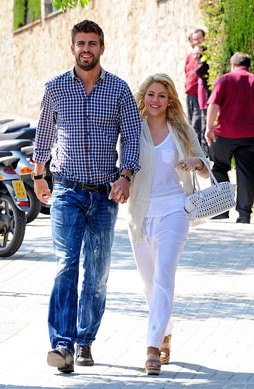 Foto de Shakira caminando junto a Gerard Piqué