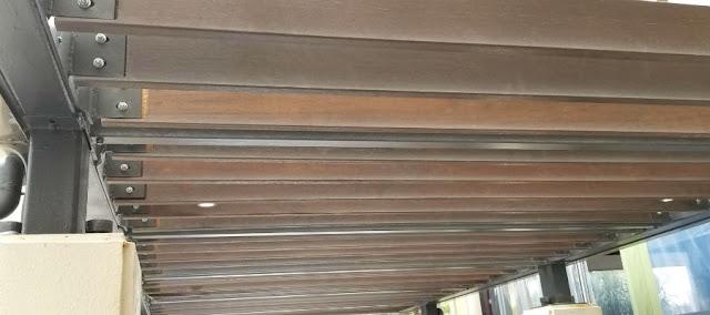 セランガンバツウッドデッキを使用したルーバー