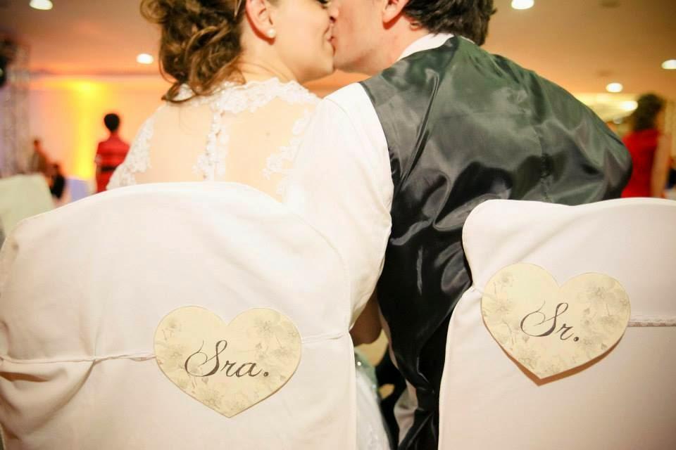 festa-cadeira-noivos-plaquinhas-beijo