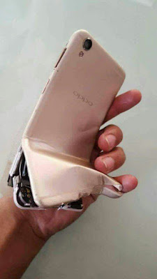 celular explodiu na tomada,recarregando,perigo diario,tomem cuidado,bateria de celular explodiu,bomba,dinamite,mão,dedos,caixa eletronico,bandidos,rouvo,fuga