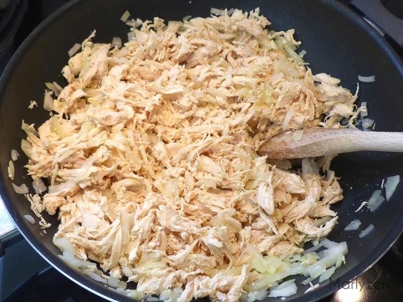 Ajoutez le poulet effiloché aux oignons.