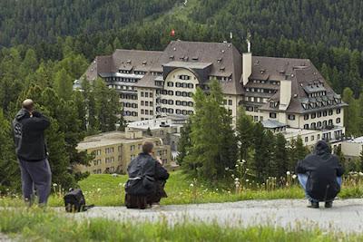 Los medios y la prensa asediando la sede el Bilderberg 2013.