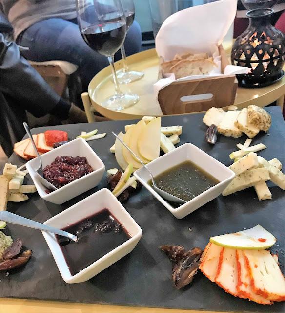 1.º encontro Livros à Sexta de 2019 tábua de queijos e vinho souk armazem de ideias ilimitada