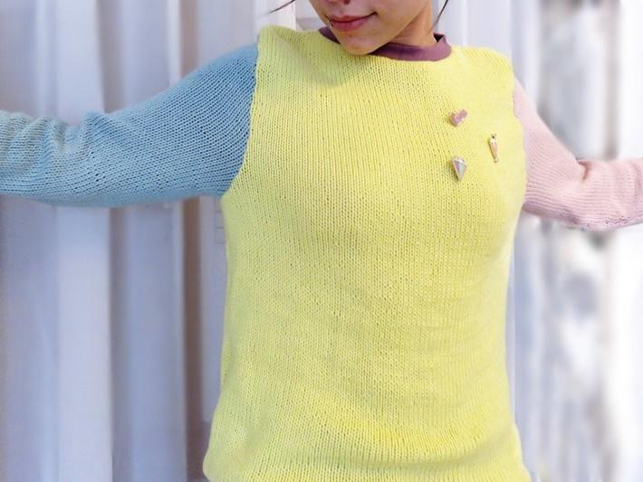 Tragefoto pastelliger Strickpullover mit Pins und Buttons