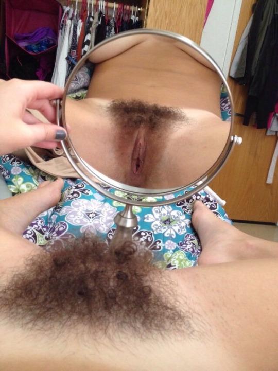 фото волосатых кисок девушек в отражении в зеркале этот момент