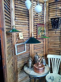 Biombo de menorquinas en el desembalaje de antiguedades de arriondas