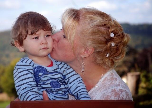 mutter lässt kind alleine