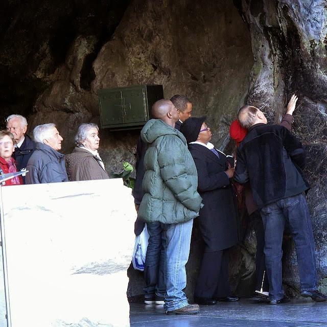 Só a água de Lourdes, que é natural, faz milagres. Por quê?