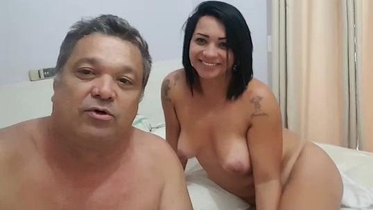 Globolixo fez campanha o brasil que eu quero em 2018, pediu pros telespectadores fazerem video do que eles mais gostam na cidade, e o tiozão gravou com sua gostosa pelada no motel. veja o video que ele fez se divertindo com amadora pelados na cama. Tiozão faz campanha pra Globo mostrando sua gostosa