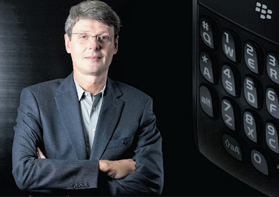 En una reciente entrevista al CEO de RIM en The Telegraph, Thorsen Heins, compartió detalles muy interesantes de la estrategia de la empresa. Que se les pasa por la cabeza licenciar a terceros su nueva plataforma, es algo que ya os contamos, pero que pensaron en Android seriamente, es algo de lo que no se había hablado públicamente. Con el anuncio del retraso de BlackBerry 10 a 2013, la compañía quedó en una posición débil en el mercado, provocando que la distancia con las otras plataformas se pudiera hacer más grande en el tiempo. Las razones por las que no
