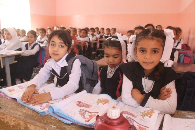 بادرت مدرسة في البصرة بالمباشرة بطباعة مئات الكتب وتوزيعها على الطﻻب مجانا