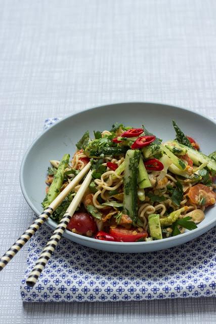 Asiatischer Mie-Nudelsalat mit Linsen und Koriander