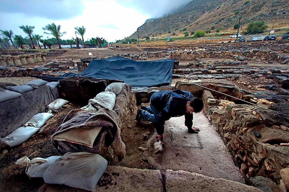 Funcionário limpa mosaicos ornamentados no sítio arqueológico de Magdala, Israel