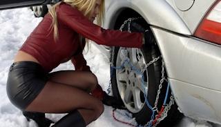 Αλυσίδες στα χιόνια: Η κοπέλα που έβαλε τα «γυαλιά» στους άνδρες οδηγούς