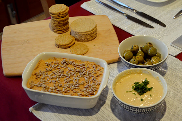 Vegan starter - pate hummus oatcakes