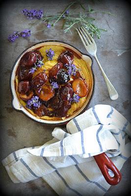 http://www.kuchennymidrzwiami.pl/omlet-pieczony-z-karmelizowanymi-wegierkami-kardamonem-i-kwiatami-lawendy-sniadanie-dla-niej/