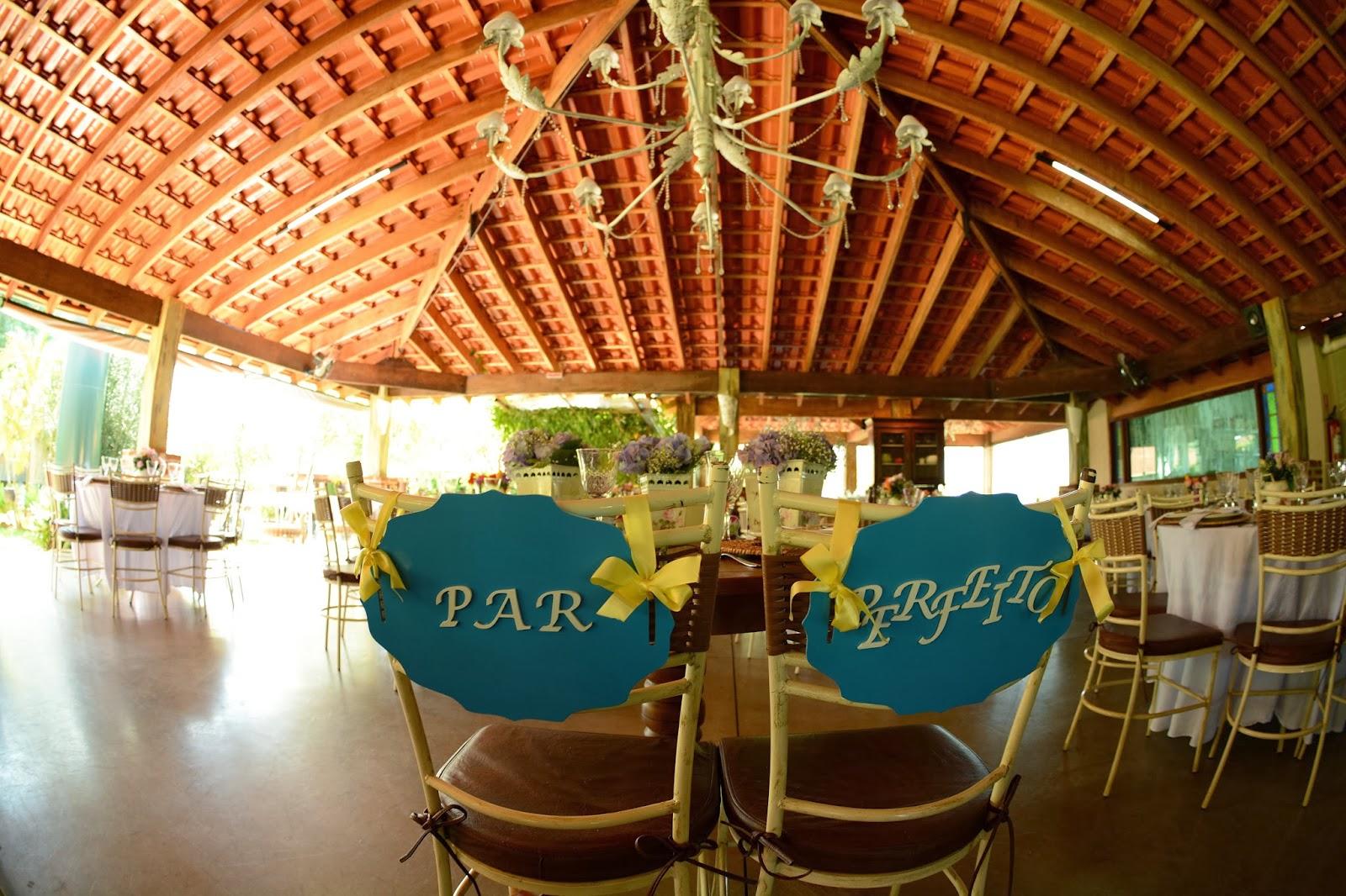 cadeira-noivos-casamento-dia-azul-amarelo