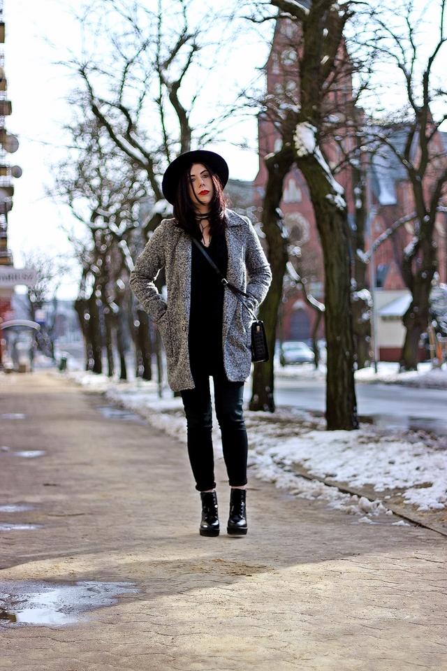 płaszcz ze srebrną nitką stylizacja z kapeluszem