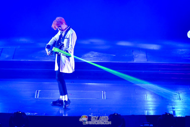 G-Dragon playing electric guitar with green laser lights EXCLUSIVE PHOTOS OF BIGBANG WORLD TOUR MADE IN MALAYSIA