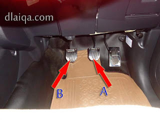 tekan penuh pedal kopling (B) dan tekan perlahan pedal rem (A)