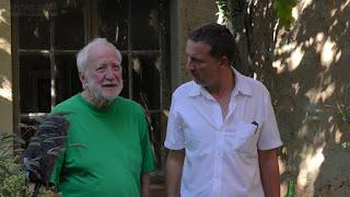 Juan Figueroa (director), hablando con Ramiro Tapia (pintor)