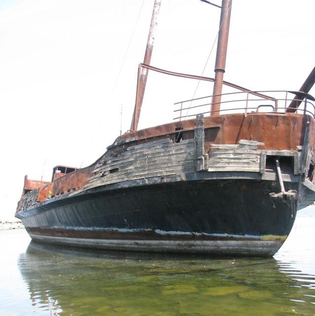 Encontramos um barco antigo perto da praia