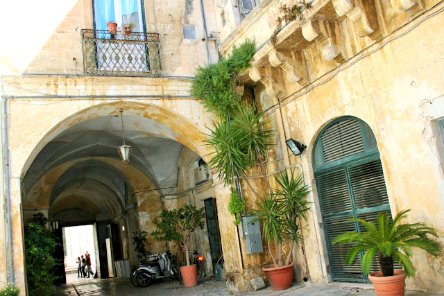 arco, atrio, piante, vasi, portone, centro storico
