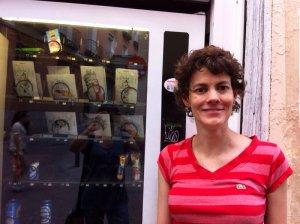Mariana Leyva frente a su dispensador. EFE/Susana Rey
