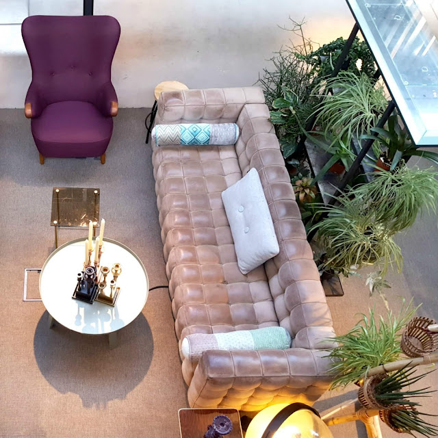 פינת ישיבה ורודה בקומה הראשונה של מלון HOTEL DE HALLEN
