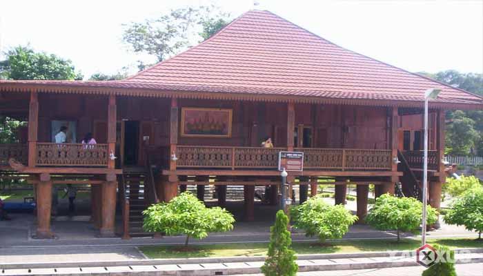 Gambar rumah adat Indonesia - Rumah adat Lampung atau Rumah Nuwou Sesat