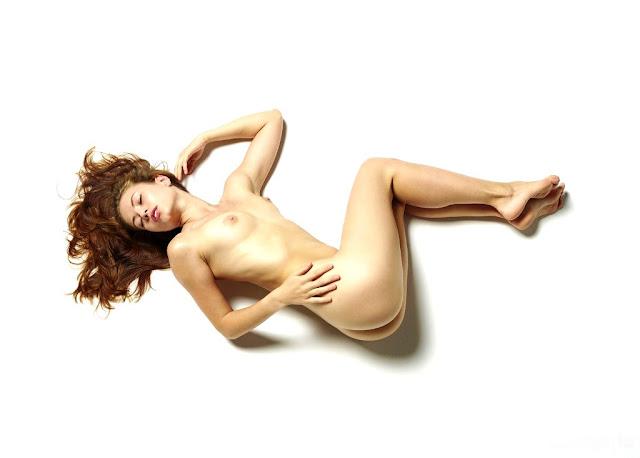 Beautiful sexy gymnast girl (pornvk.ru) Худенькая гимнастка раздевается