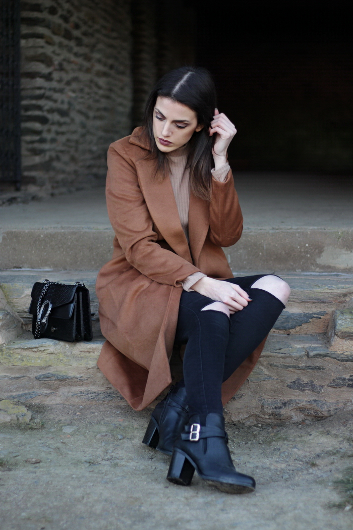 Outfit langer brauner Mantel Winter kombinieren