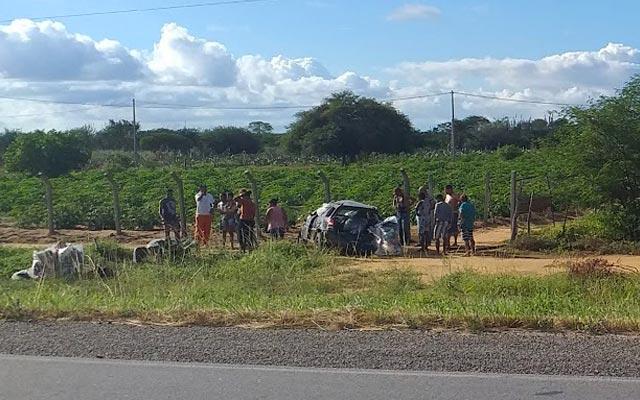 Veículo capota após motorista desviar de buraco na BR-324, trecho de Capim Grosso