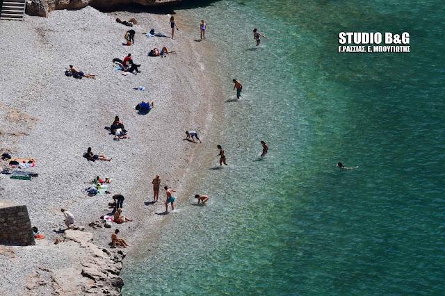 """Ναύπλιο: """"Μικρό καλοκαίρι"""" με μπάνια στη θάλασσα (βίντεο)"""