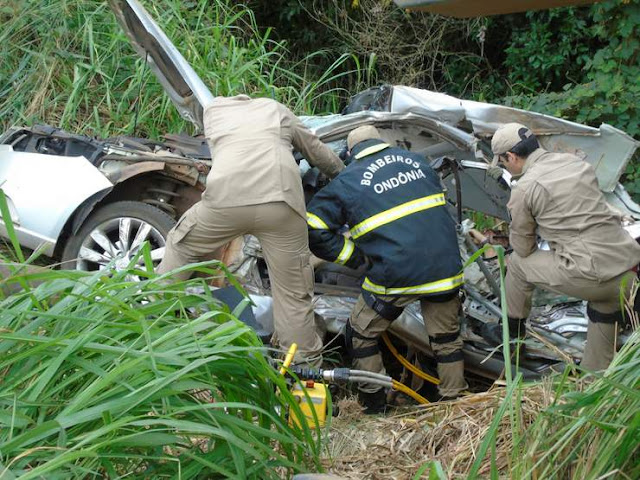 Grave acidente entre carreta e carro na BR 364 mata uma pessoa e deixa duas crianças em estado grave