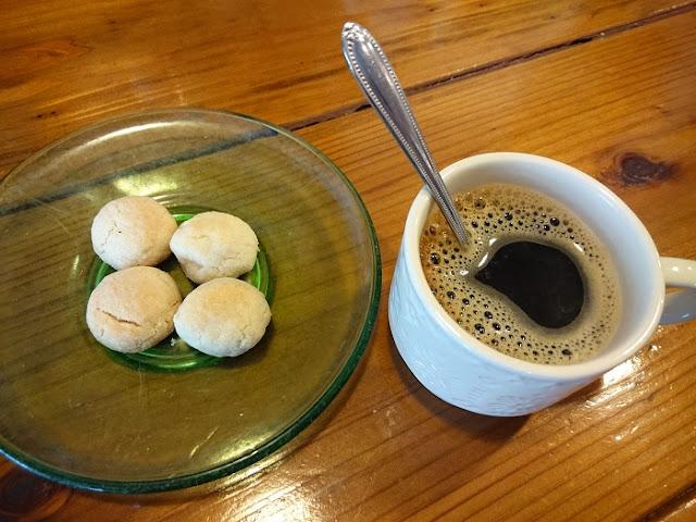 ホットコーヒーとちんすこうの写真