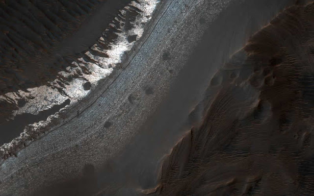 Vista del cráter Holden, escala de 25 centímetros por pixel