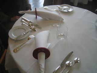 食器類の置かれたテーブル