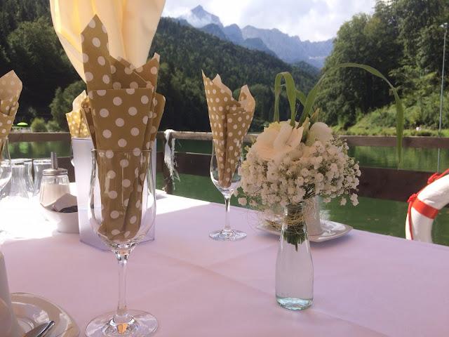 Hochzeitsempfang auf dem Floss Gold und Weiß, goldene Sommerhochzeit im Riessersee Hotel Garmisch-Partenkirchen, gold white wedding in Garmisch, Bavaria, lake-side, summer wedding