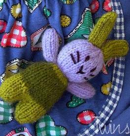 http://translate.google.es/translate?hl=es&sl=auto&tl=es&u=http%3A%2F%2Ftwinsknit.blogspot.com.es%2F2009%2F07%2Famigurumi-pocket-bunnies-free-pattern.html