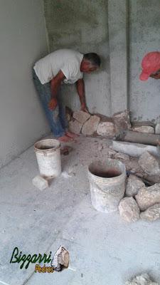 Bizzarri iniciando o revestimento com pedra moledo na parede da adega em residência em Itatiba-SP sendo a pedra moledo na cor bege. Revestimento com pedra de espessura de 15 cm.