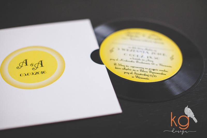 zaproszenie ze zdjęciem, muzyczne zaproszenie, płyta winylowa, winyl, minimalistyczne, rockowe zaproszenia, lata 80', gramofon, zygzak, chevron, nietypowe, 7 cali, 12 cali, zaproszenie na winylu, winylove, winyl na ślubie, weselu, dodatki ślubne, papeteria ślubna, poligrfia ślubna, zaproszenie wyjątkowe, muzyczne zaproszenie, zaproszenie w stylu rock'n'roll, zaproszenie ze zdjęciem, zaproszenie z fotografią,