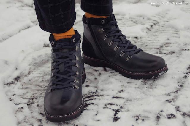 granatowe buty i pomarańczowe skarpety