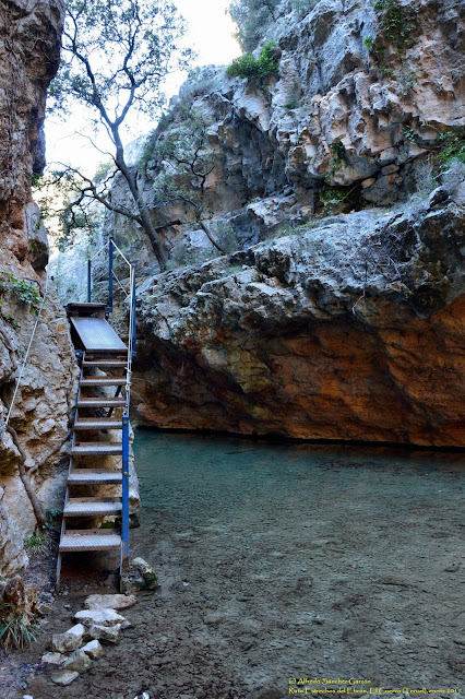 estrechos-rio-ebron-pasaderas-escalera