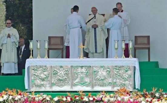 Papa llama en Medellín a la Iglesia a involucrarse y renovarse