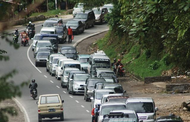 Jalan Lintas  Padang-Bukitinggi Padat Merayap