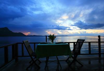 Teras penginapan terapung Ora Beach eco resort Maluku