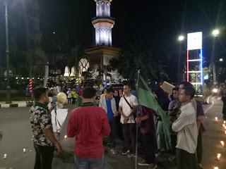 <b>Protes Putusan Hakim MA Atas Kasus Baiq Nuril, Badko HMI Bali Nusra Bakar 1000 Lilin dan Galang 1000 Koin</b>